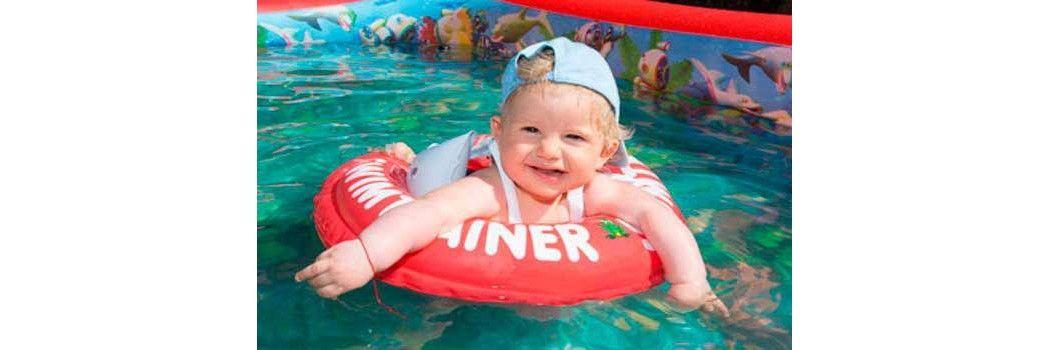 Ropa y juguetes para ir a la playa y la piscina con el for Banadores para bebes piscina